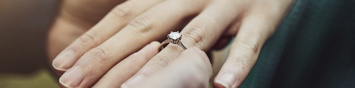 foto de mano con anillo de compromiso
