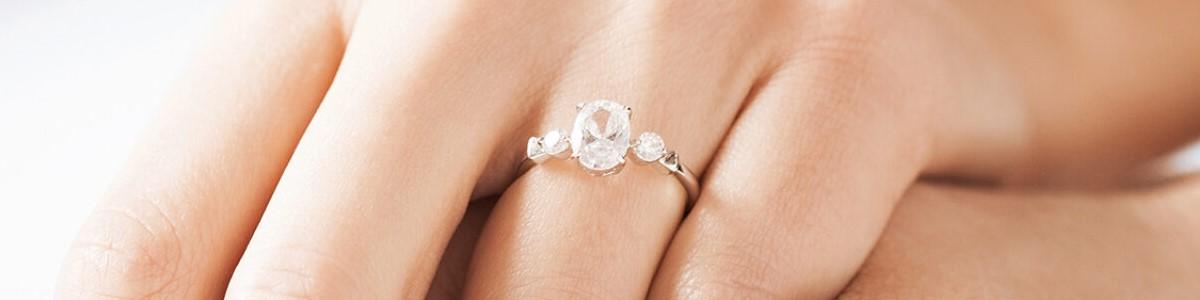 diamante blanco sobre mano