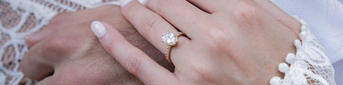 anillo compromiso de oro con diamante