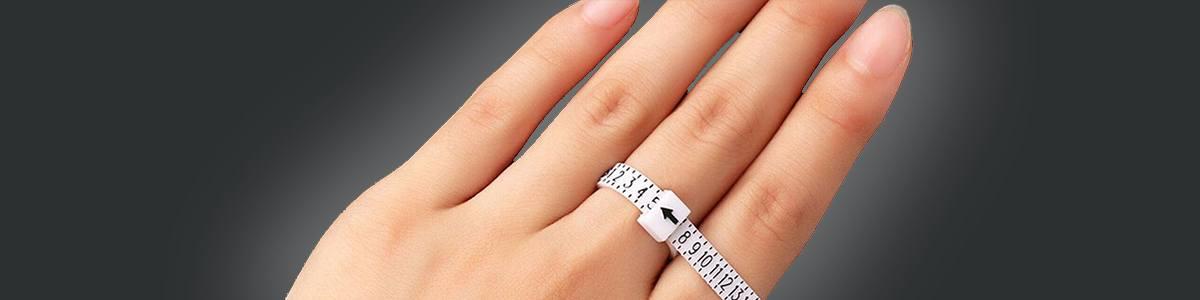 mano con cinta para medir diámetro del dedo para saber la medida de un anillo